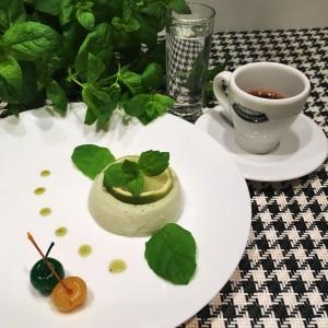 Kawiarnia Bean&Buddies zaserwuje wariacje włoskiego deseru, czyli Panna Cotta połączona z sokiem z limonki i odrobiną zielonej herbaty serwowane z Espresso.